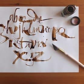 Los materiales favoritos de Iván Castro para hacer caligrafía
