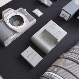 Papel, cúter y pegamento para construir una cámara fotográfica