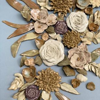 Arreglo Floral de pared en cerámica. Un progetto di Design, Installazioni, Artigianato, Scultura , e Ceramica di Kiara Hayashida - 15.03.2021