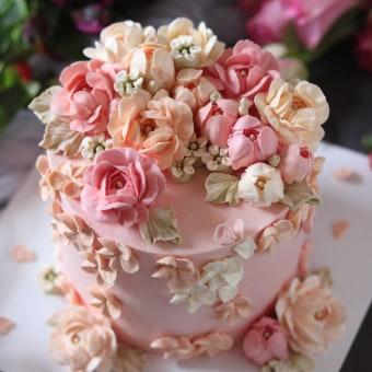 Buttercream flower cake decorating. Un proyecto de Diseño, Artesanía y Decoración de interiores de kflowercake - 21.03.2021