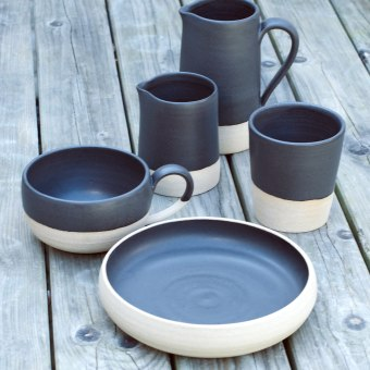A hand-thrown stoneware table range. Un progetto di Product Design di Hazel Rattigan - 18.04.2018