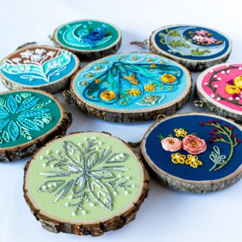 Embroidery on Live Edge Wood Slices. A H, werk, Stickerei und Weben project by Sara Pastrana (Flourishing Fibers) - 22.08.2021
