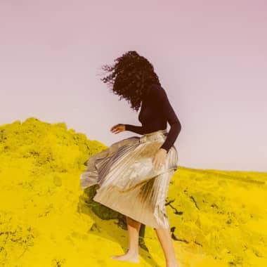 5 artistas contemporáneas que colorean fotografías con pintura