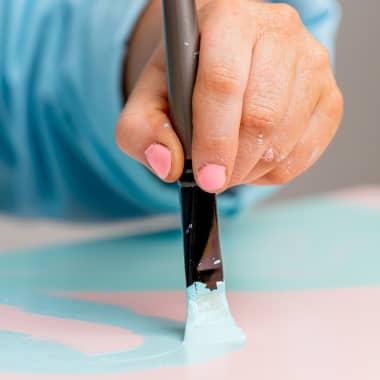 Tutorial DIY: como pintar uma prateleira com estêncil
