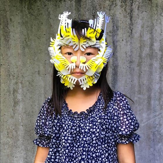 Pieza por pieza, Aleksandar Skoric Sasa construye estas mágicas máscaras