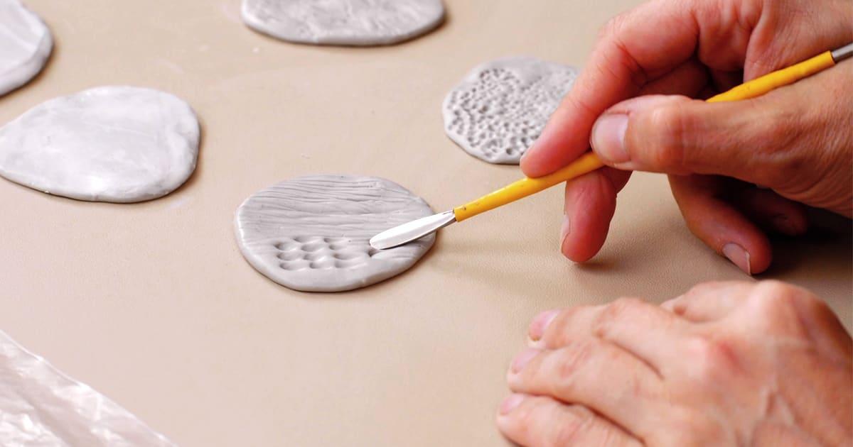 Tutorial craft: tips para crear texturas con plastilina epóxica   Blog   Domestika