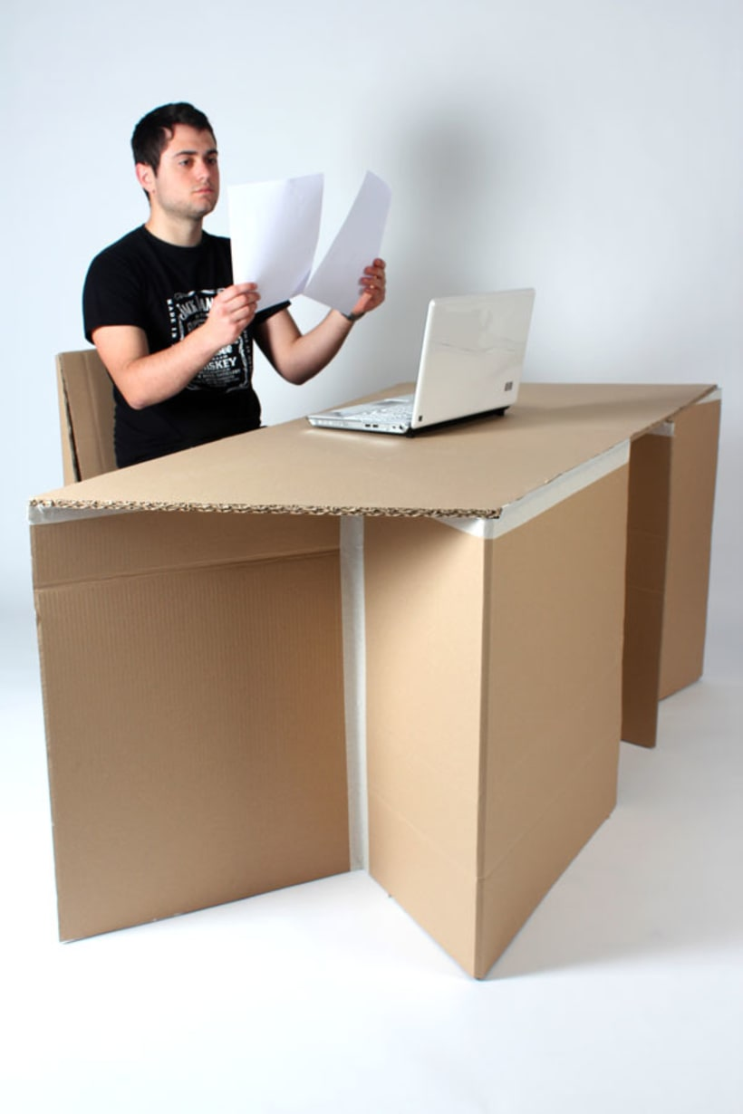 Silla y escritorio de cartón 0