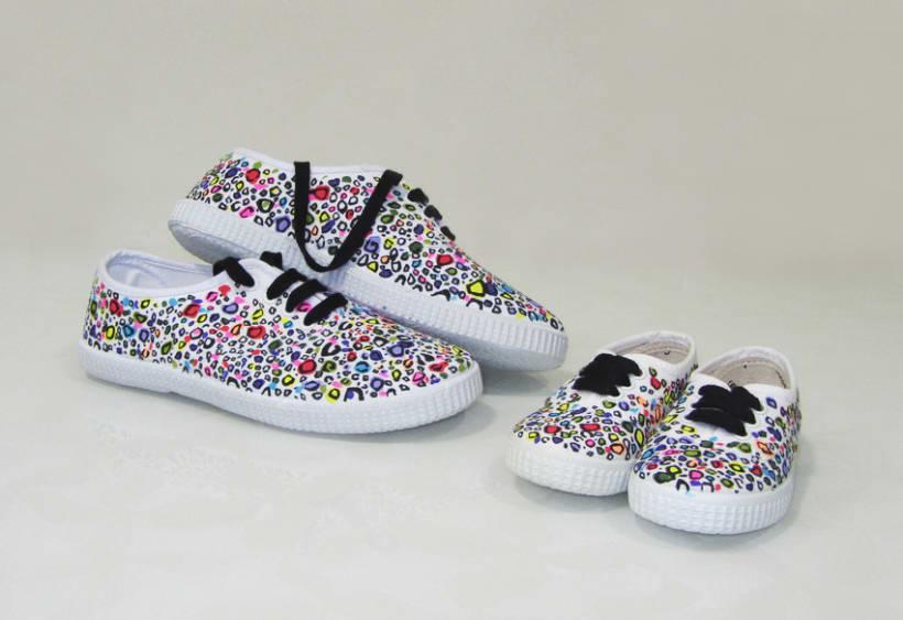 Zapatillas pintadas a mano domestika for Piedras pintadas a mano paso a paso