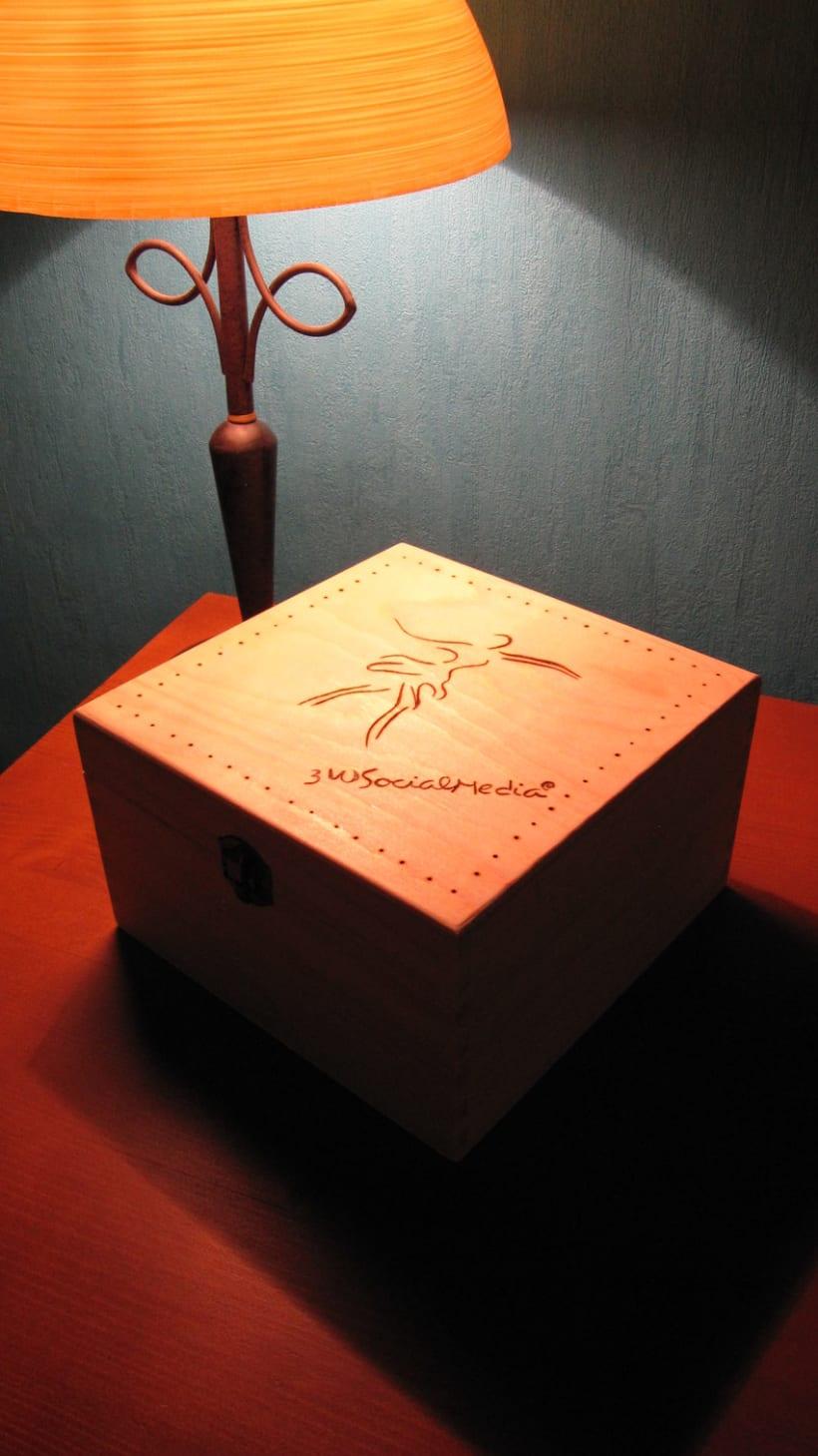 Historia de la salsa. Diseño y creación de caja de madera tallada y camisetas. -1