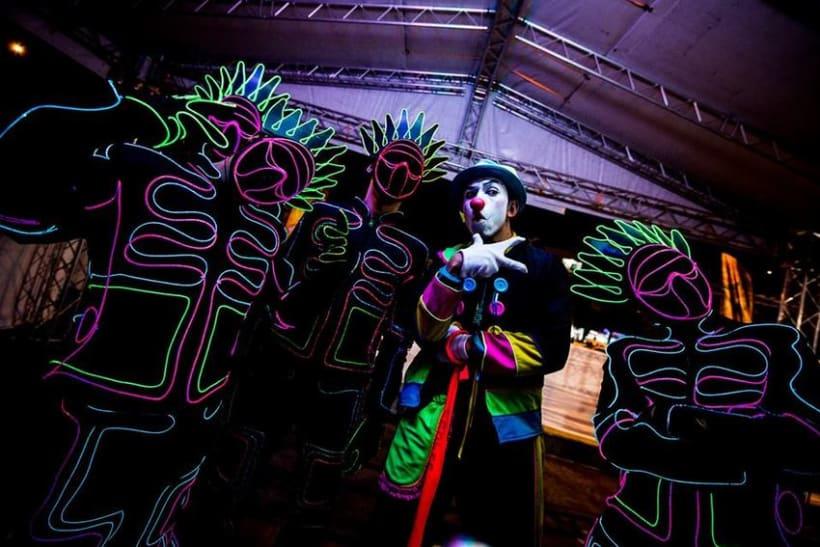 NEON RUN: Neon run es una carrera espectacular de 5km en la noche con cuatro zonas de neon únicas: rock, disco, pop y house. Que ofrece rayos laser, luces uv, estrobers, bailarines y dj's. Deja que te llevemos a un viaje lleno de luces, color y acción. 0