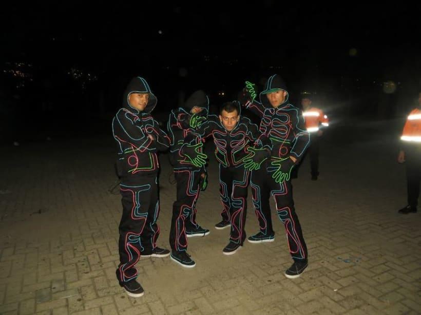 NEON RUN: Neon run es una carrera espectacular de 5km en la noche con cuatro zonas de neon únicas: rock, disco, pop y house. Que ofrece rayos laser, luces uv, estrobers, bailarines y dj's. Deja que te llevemos a un viaje lleno de luces, color y acción. 2