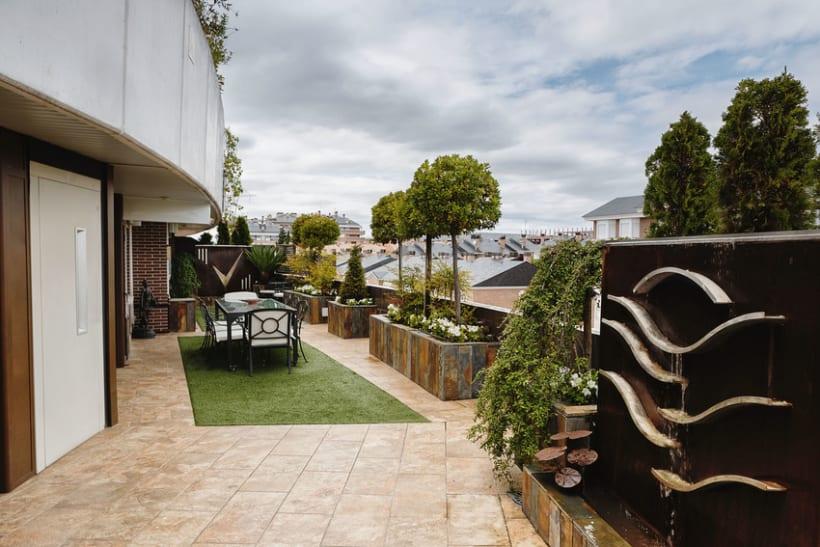 Terraza urbana con fuentes y detalles de forja domestika for Paisajismo terrazas