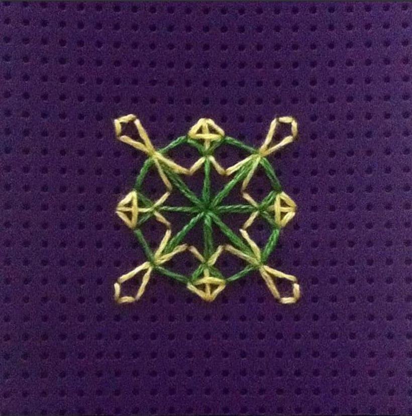 Carcasa con decoración cosida a mano 0