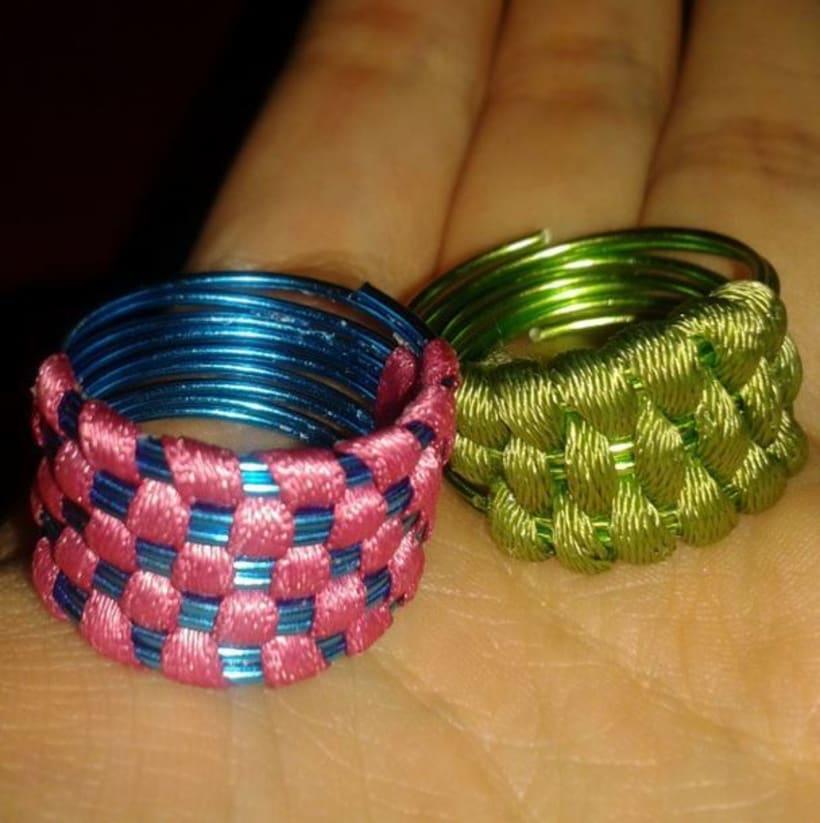 Anillos de alambre y tela hechos a mano -1