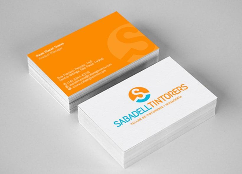 """Diseño de logotipo para Sabadell Tintorers, una tintorería y lavandería catalana con servicio a domicilio. Icono basado en la inicial """"S"""" que además representa una percha que sostiene algún tipo de prenda. -1"""