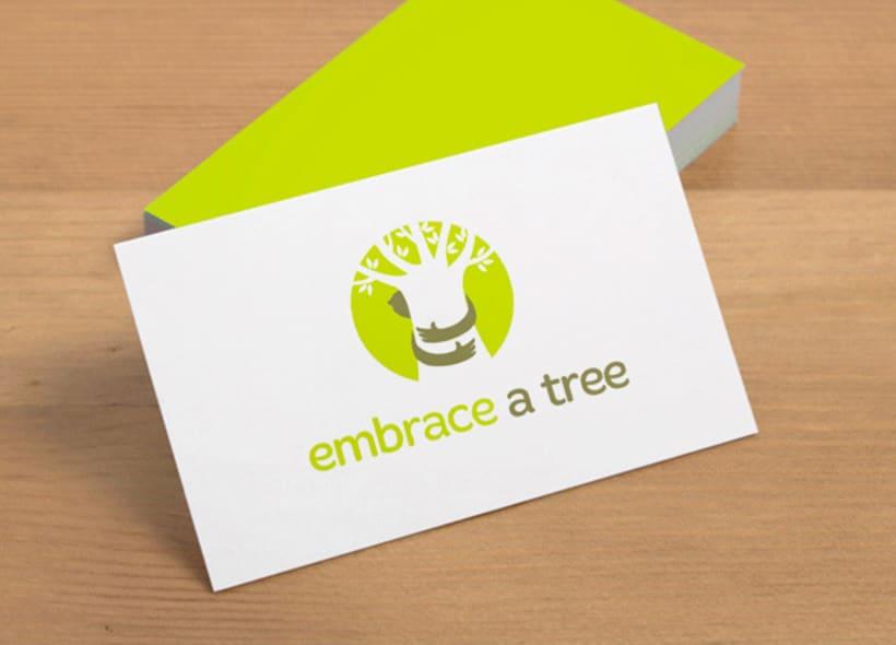 """""""Embrace a tree"""" (Abraza un árbol) es una organización que busca fomentar el amor a los árboles poniendo de manifiesto la intrínseca relación que nos une a través de manifestaciones artísticas como la fotografía o la pintura. -1"""