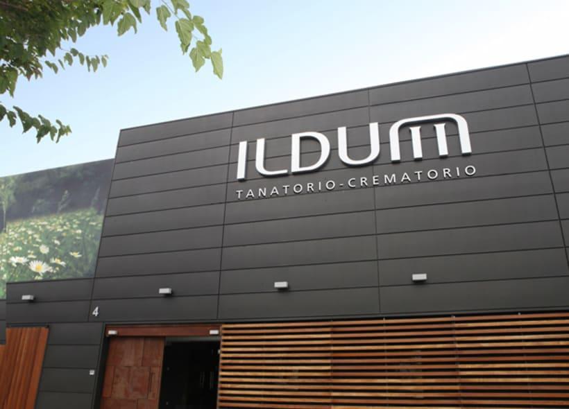 """Ildum es el nombre de un tanatorio-crematorio construido a las afueras de Castellón. Hemos aprovechado la forma de la """"m"""" para crear una imágen que recuerda un altar formado por dos columnas que sujetan una tela que cae a ambos lados. 0"""