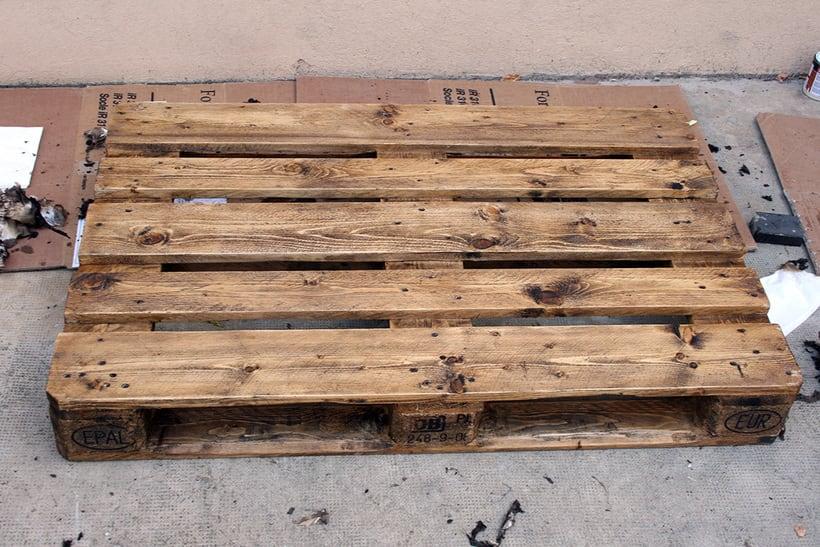 Mesa artesanal creada a partir de un palet 1