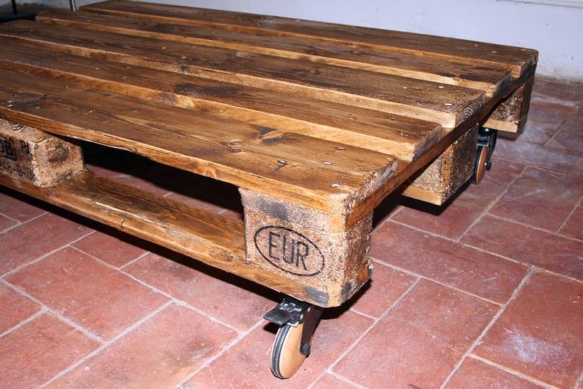 Mesa artesanal creada a partir de un palet 3