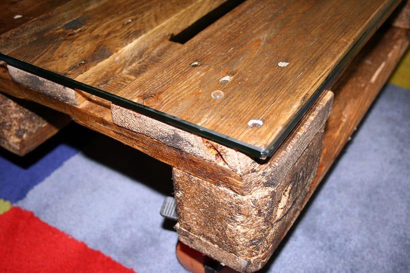 Mesa artesanal creada a partir de un palet 4