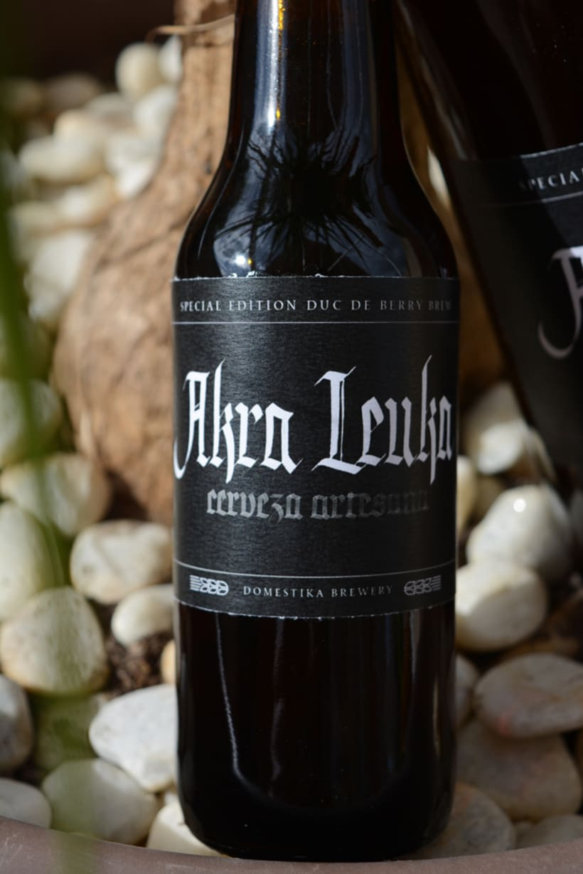 Akra Leuka - Cerveza Artesana - Proyecto del curso de caligrafía gótica de Oriol Miró 2