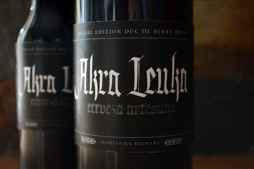 Akra Leuka - Cerveza Artesana - Proyecto del curso de caligrafía gótica de Oriol Miró 0
