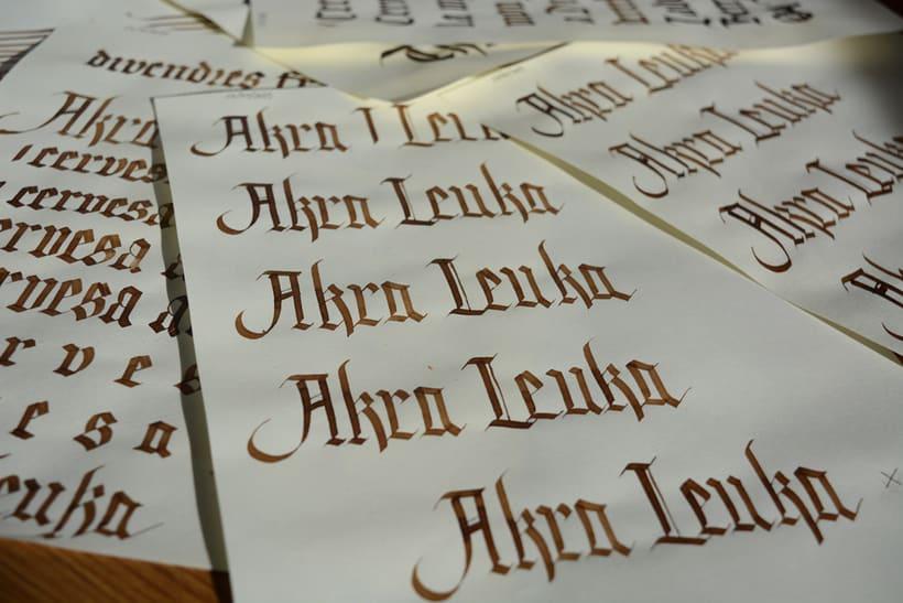 Akra Leuka - Cerveza Artesana - Proyecto del curso de caligrafía gótica de Oriol Miró 6