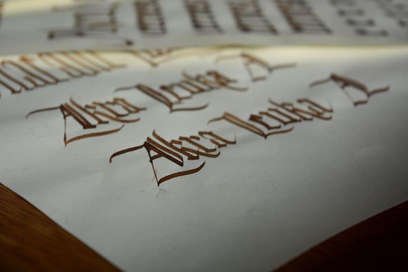 Akra Leuka - Cerveza Artesana - Proyecto del curso de caligrafía gótica de Oriol Miró 8