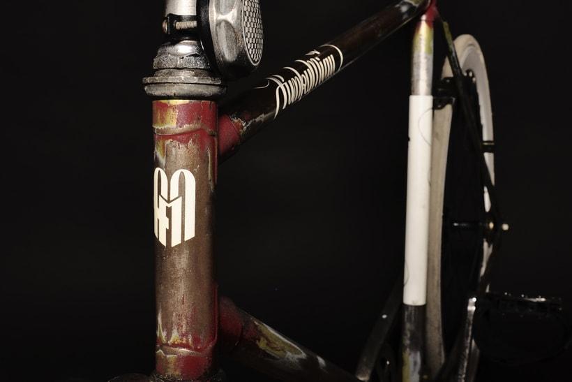 Bike Custom para Funky Miau Logotipo personal y Customización manual de bicicleta usando pintura acrílica, vinilo de corte y barniz satinado. 3