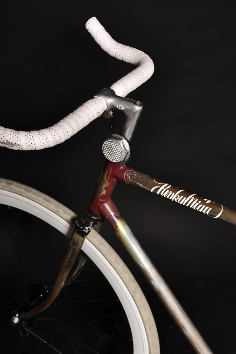 Bike Custom para Funky Miau Logotipo personal y Customización manual de bicicleta usando pintura acrílica, vinilo de corte y barniz satinado. 2