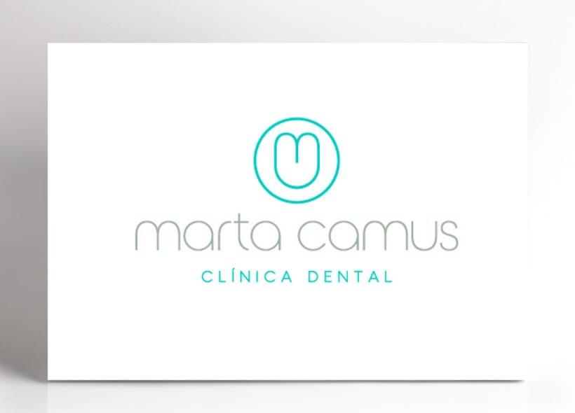 """Diseño de logotipo para Marta Camus, una clínica dental ubicada en el País Vasco. El logotipo simboliza la silueta de un diente y está creado a partir de las iniciales """"m"""" y """"c"""" del nombre. -1"""