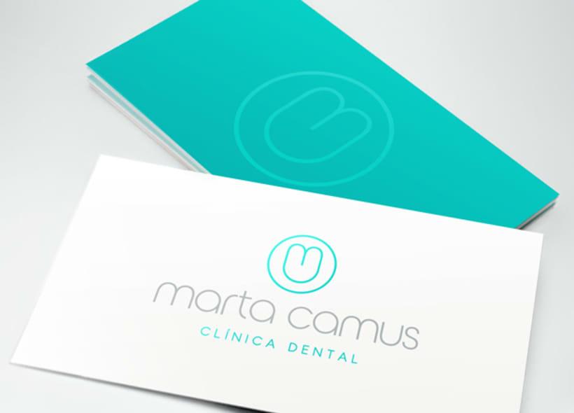 """Diseño de logotipo para Marta Camus, una clínica dental ubicada en el País Vasco. El logotipo simboliza la silueta de un diente y está creado a partir de las iniciales """"m"""" y """"c"""" del nombre. 0"""