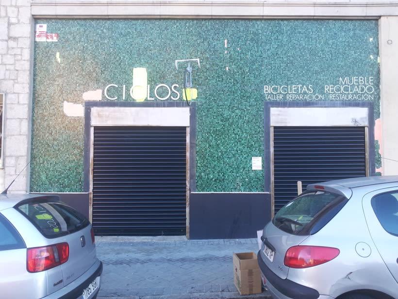 Decoración fachada tienda Ciclos con stencil y spray -1