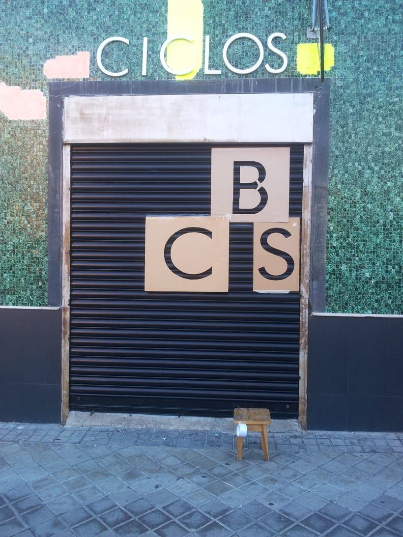Decoración fachada tienda Ciclos con stencil y spray 0