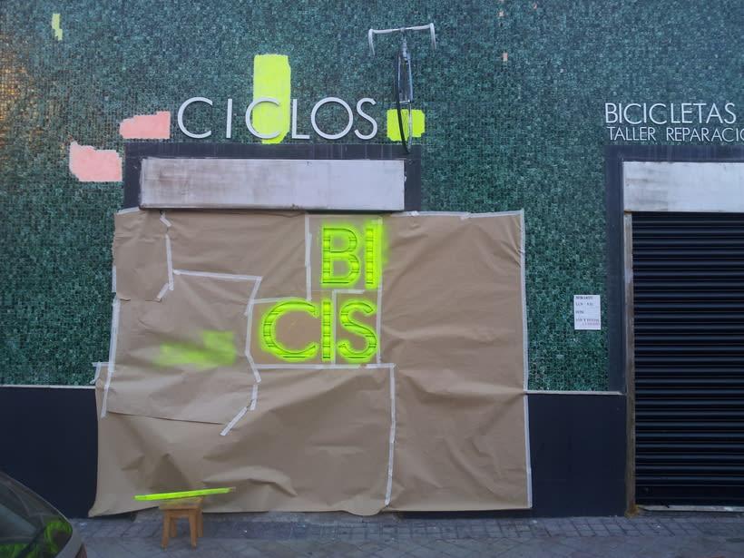 Decoración fachada tienda Ciclos con stencil y spray 1