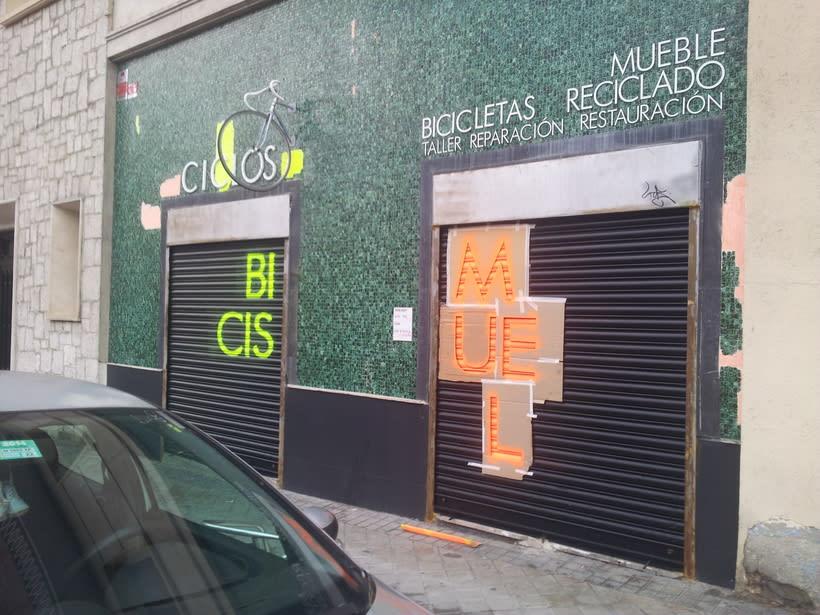 Decoración fachada tienda Ciclos con stencil y spray 2