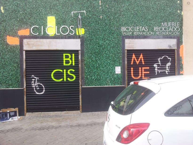 Decoración fachada tienda Ciclos con stencil y spray 6