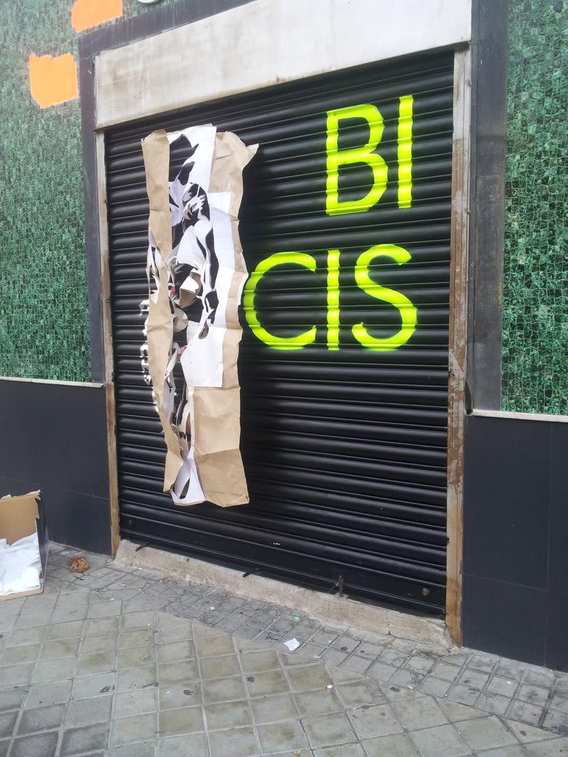 Decoración fachada tienda Ciclos con stencil y spray 7