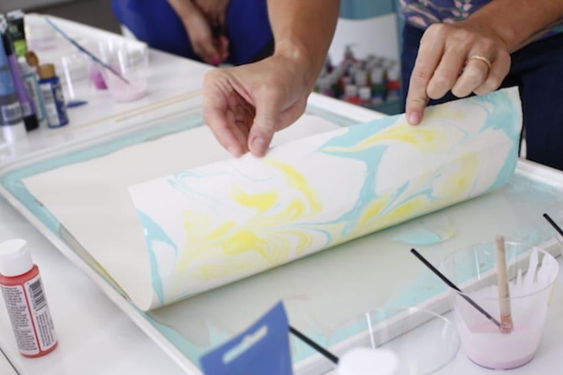 Tutorial c mo hacer papel marmoleado domestika - Como pintar azulejos a mano ...