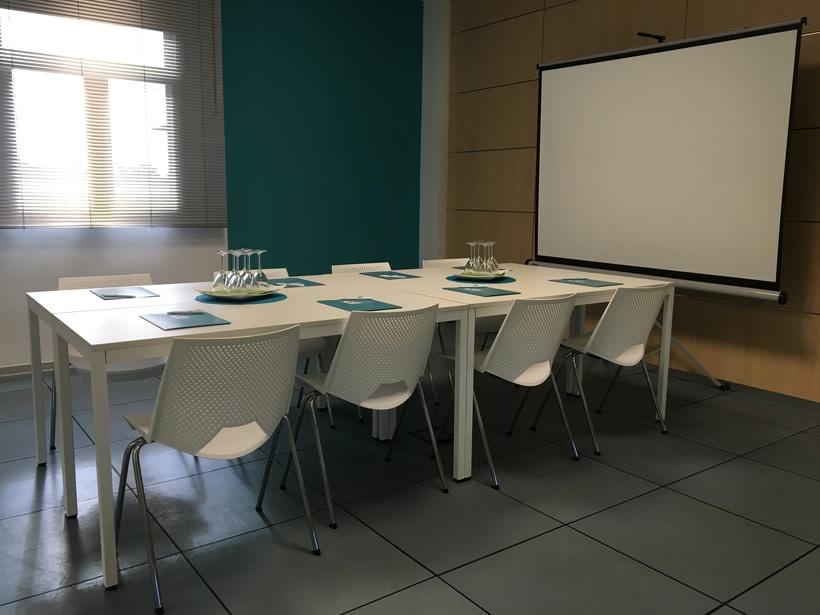 Centro de Negocios Inn Offices Aeropuerto despachos desde 350€/mes, salas reunión 15€/hora, salas formación o conferencias desde 20€/hora (dependiendo de aforo), Co-working  120€/mes, oficina virtual básica 40€/mes  o completa 75€/mes (Iva no incluido) 8
