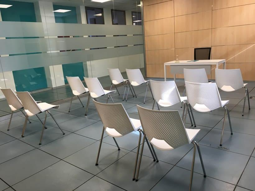 Centro de Negocios Inn Offices Aeropuerto despachos desde 350€/mes, salas reunión 15€/hora, salas formación o conferencias desde 20€/hora (dependiendo de aforo), Co-working  120€/mes, oficina virtual básica 40€/mes  o completa 75€/mes (Iva no incluido) 9
