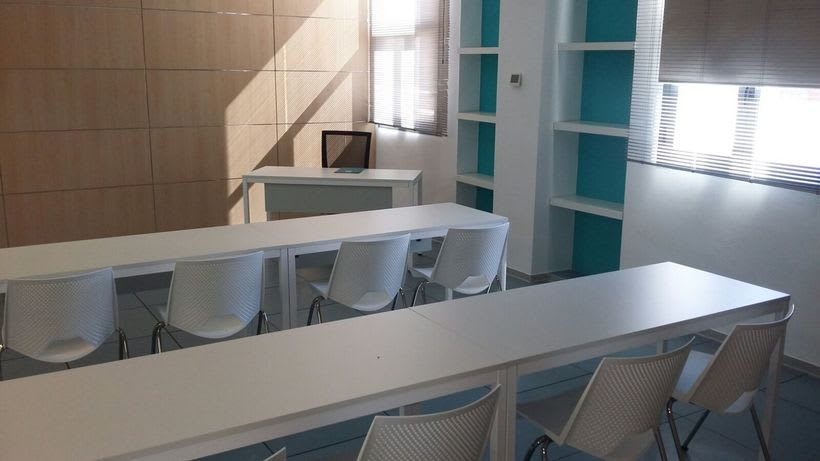 Centro de Negocios Inn Offices Aeropuerto despachos desde 350€/mes, salas reunión 15€/hora, salas formación o conferencias desde 20€/hora (dependiendo de aforo), Co-working  120€/mes, oficina virtual básica 40€/mes  o completa 75€/mes (Iva no incluido) 13