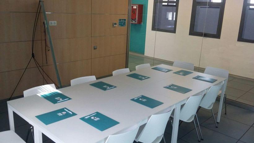 Centro de Negocios Inn Offices Aeropuerto despachos desde 350€/mes, salas reunión 15€/hora, salas formación o conferencias desde 20€/hora (dependiendo de aforo), Co-working  120€/mes, oficina virtual básica 40€/mes  o completa 75€/mes (Iva no incluido) 14