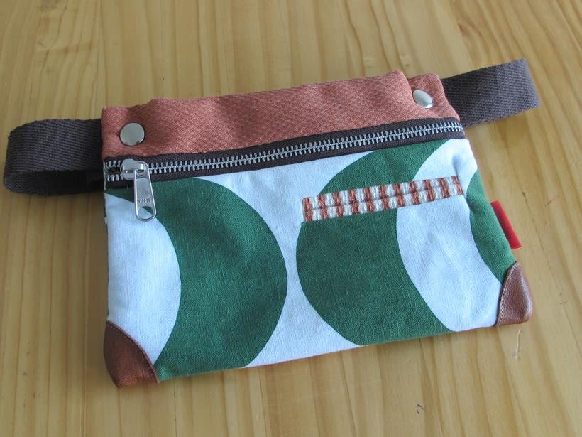 Riñoneras confeccionadas con tejidos reciclados, confeccionadas a mano y con un diseño único. 21