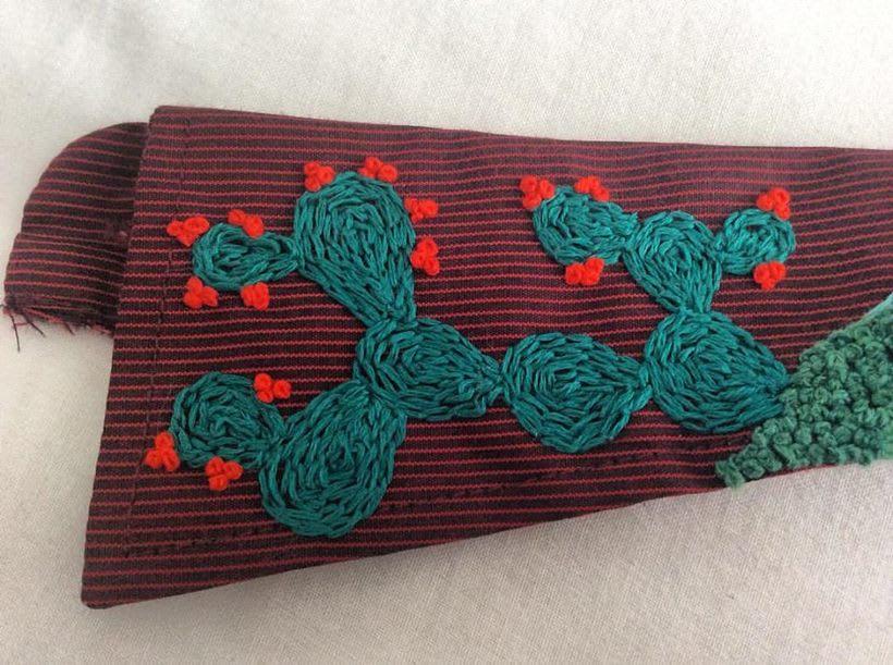 Mi Proyecto del curso: cuello y lotería mexicana. Este bordado está inspirado en las imágenes de la tradicional lotería mexicana: el pájaro y el nopal. Y también en las montañas de mi querida Bogotá. 2