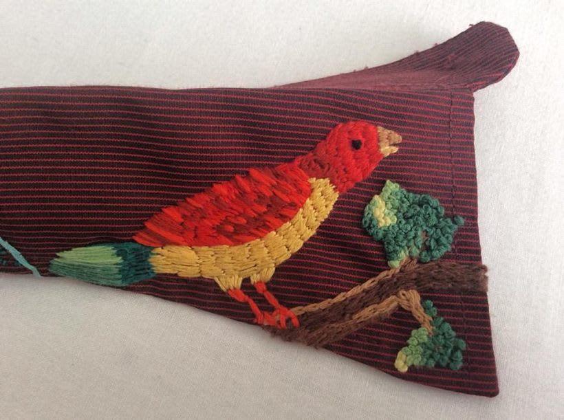 Mi Proyecto del curso: cuello y lotería mexicana. Este bordado está inspirado en las imágenes de la tradicional lotería mexicana: el pájaro y el nopal. Y también en las montañas de mi querida Bogotá. 3