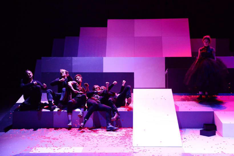 """Escenografía para la obra """"Los Bandidos"""" de F. Schiller. Teatro estatal de Karlsruhe, Alemania. Premiere 17.01.15. Dirección : Mina Salehpour -1"""