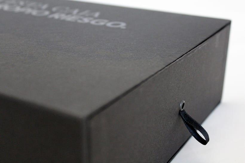 Estuche Kraken, se diseño y fabrico con un enfoque minimalista en mente. Esta fabricado en cartón de agua forrado con papel negro y las impresiones son una mezcla de barnices para crear un contraste entre el brillo y el mate.  0
