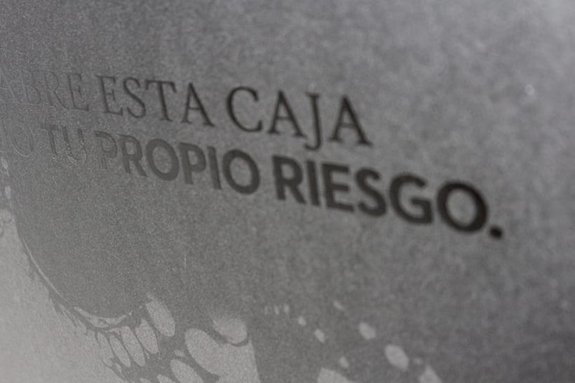Estuche Kraken, se diseño y fabrico con un enfoque minimalista en mente. Esta fabricado en cartón de agua forrado con papel negro y las impresiones son una mezcla de barnices para crear un contraste entre el brillo y el mate.  1