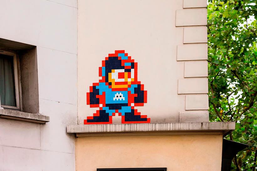 Invader es el primer artista urbano en conquistar el espacio 17